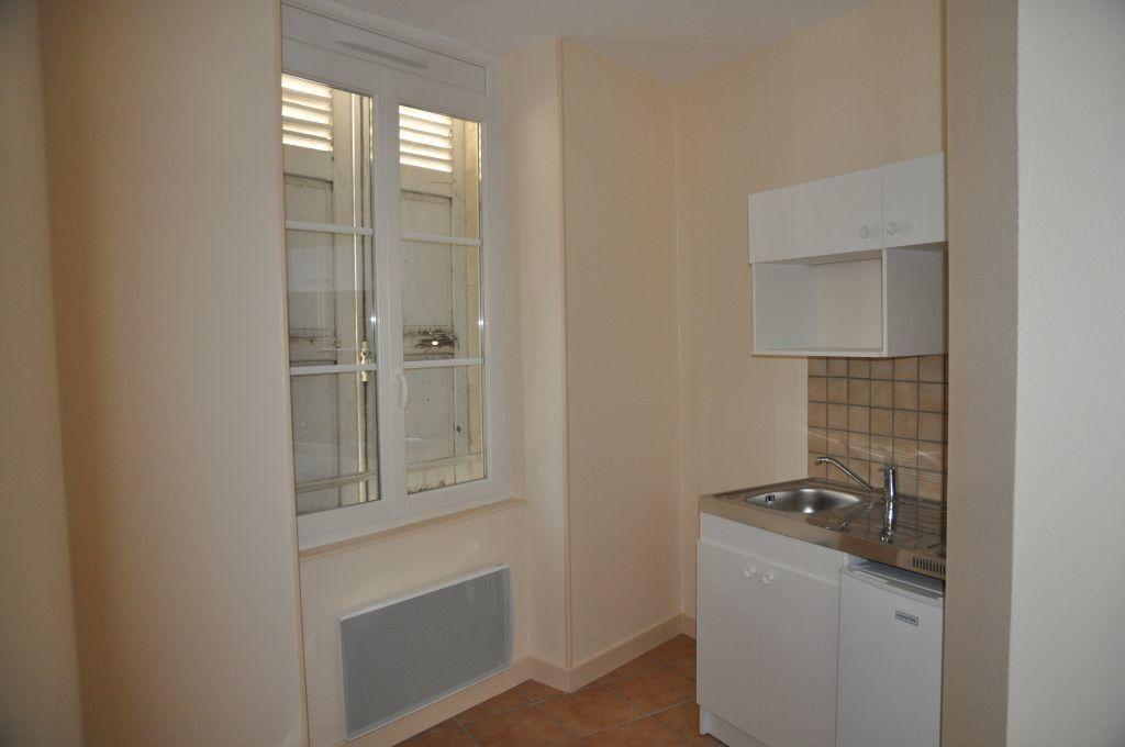 Appartement à louer 1 26m2 à Cosne-Cours-sur-Loire vignette-3