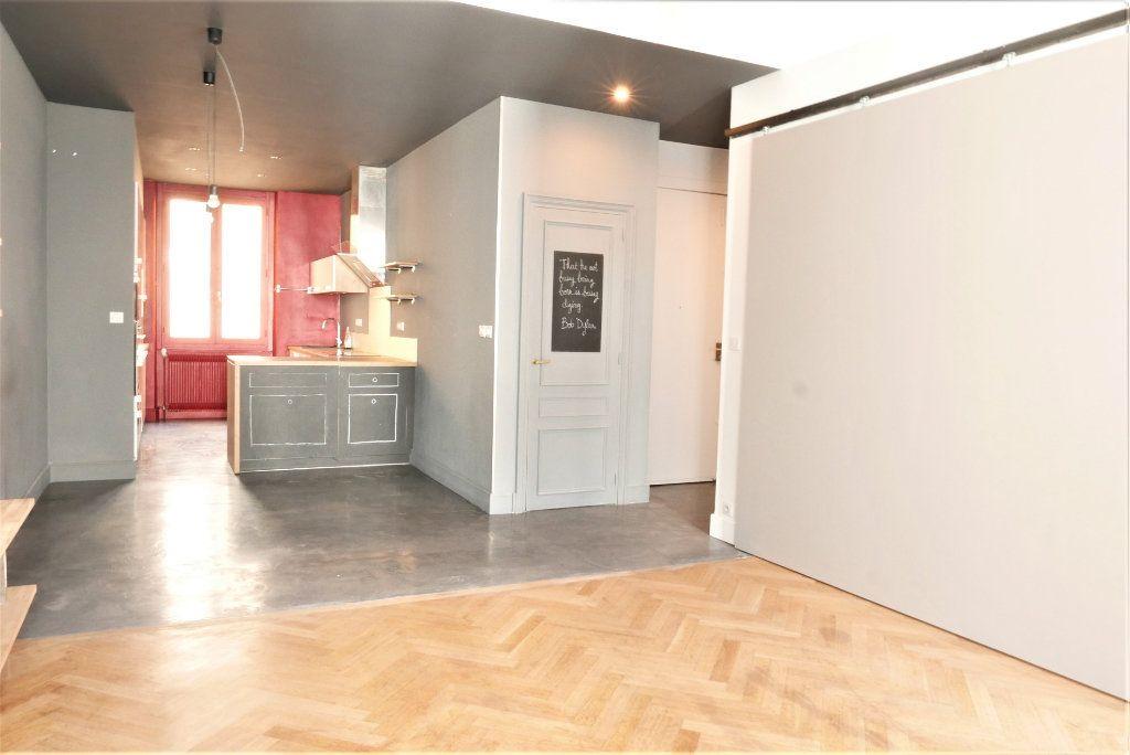 Appartement à louer 4 115m2 à Lyon 2 vignette-2