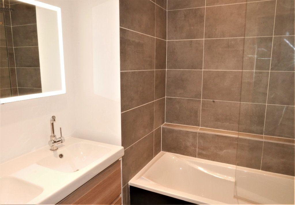 Appartement à louer 4 115m2 à Lyon 2 vignette-12