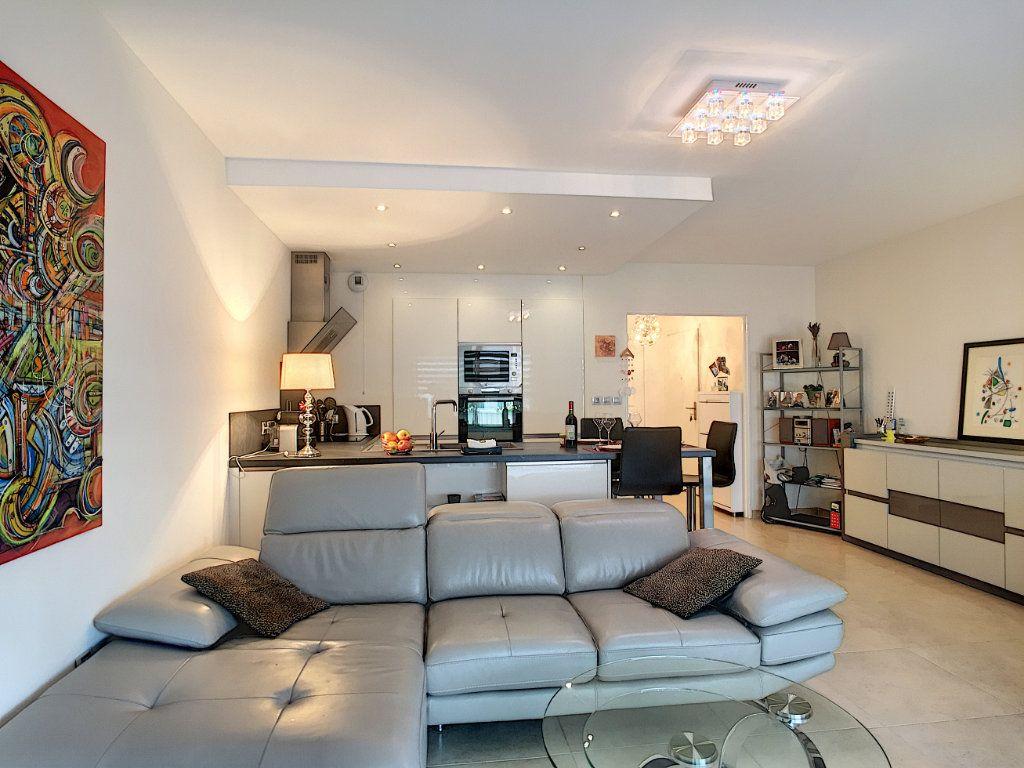 Appartement à vendre 3 72m2 à Cannes vignette-3