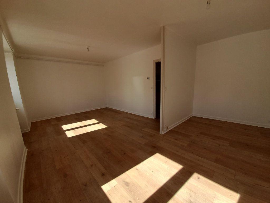 Appartement à louer 3 76.85m2 à Bourgoin-Jallieu vignette-3