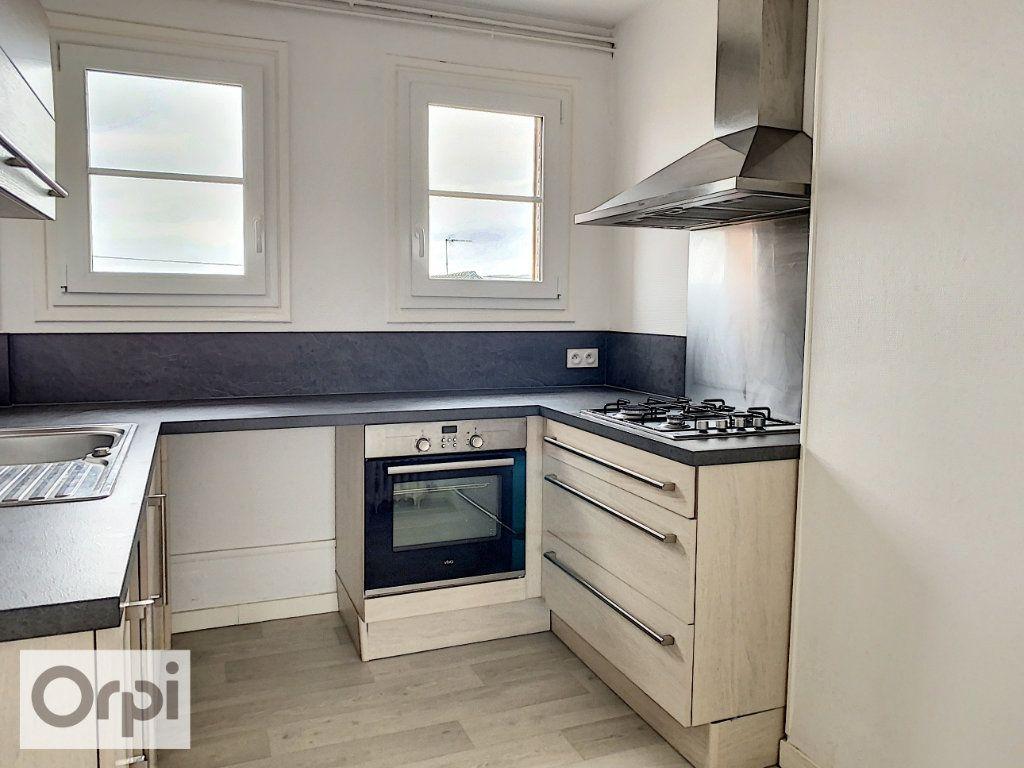 Appartement à louer 3 53m2 à Montluçon vignette-2