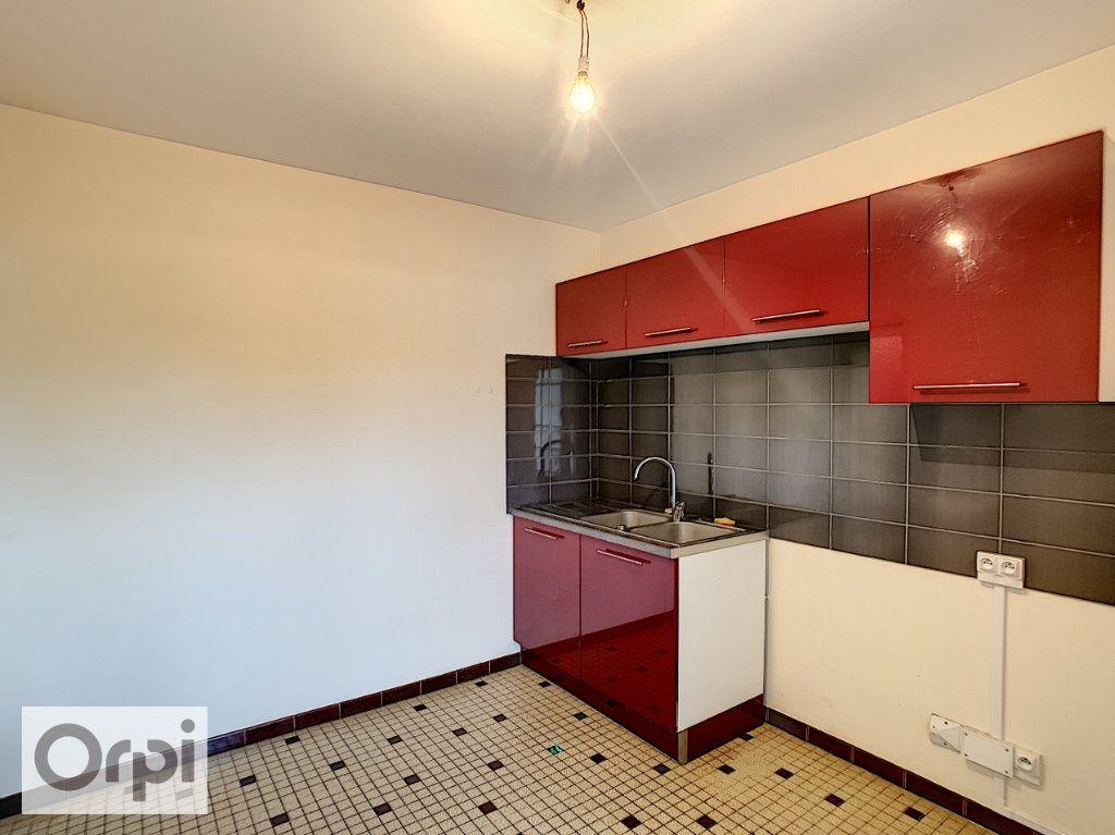 Appartement à louer 3 64.33m2 à Montluçon vignette-4