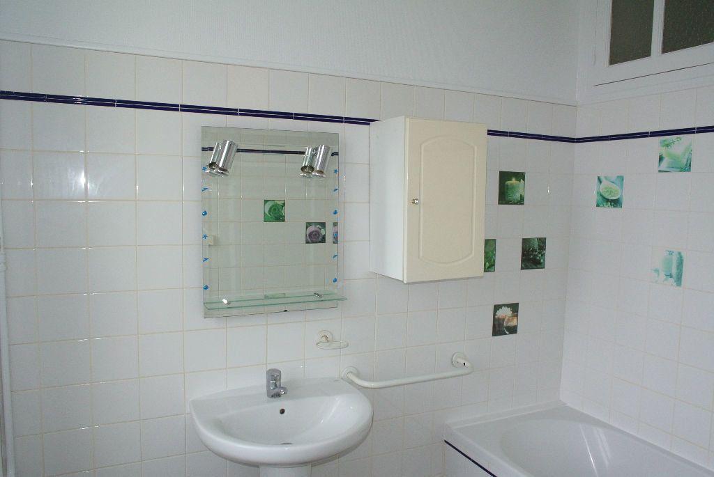 Appartement à louer 3 61m2 à Montluçon vignette-3