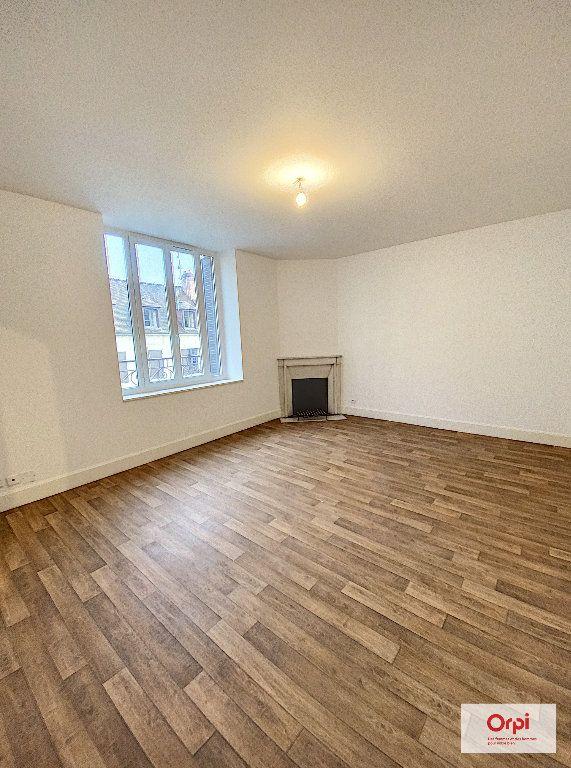 Appartement à louer 4 111.2m2 à Montluçon vignette-1