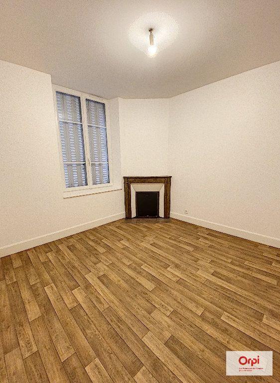 Appartement à louer 4 111.2m2 à Montluçon vignette-2