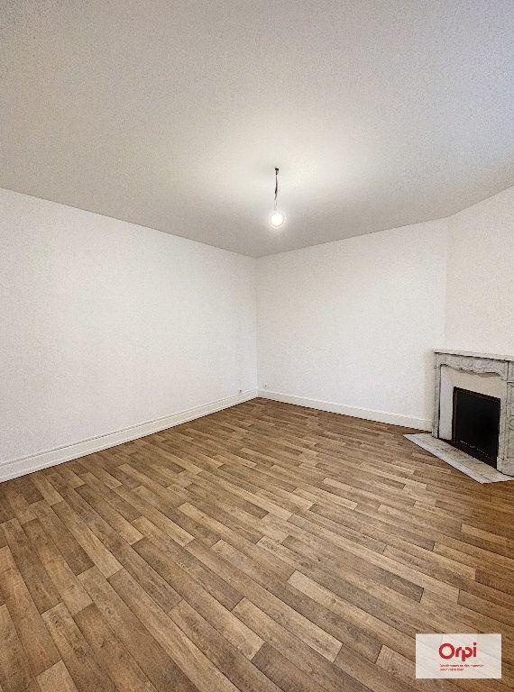 Appartement à louer 4 111.2m2 à Montluçon vignette-3