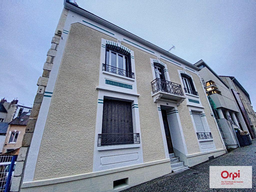 Appartement à louer 4 111.2m2 à Montluçon vignette-8