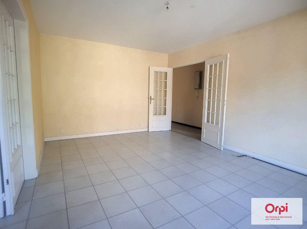 Appartement à louer 2 65m2 à Montluçon vignette-5