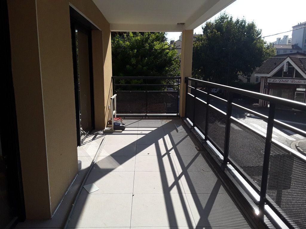 Appartement à louer 2 53.9m2 à Romans-sur-Isère vignette-3