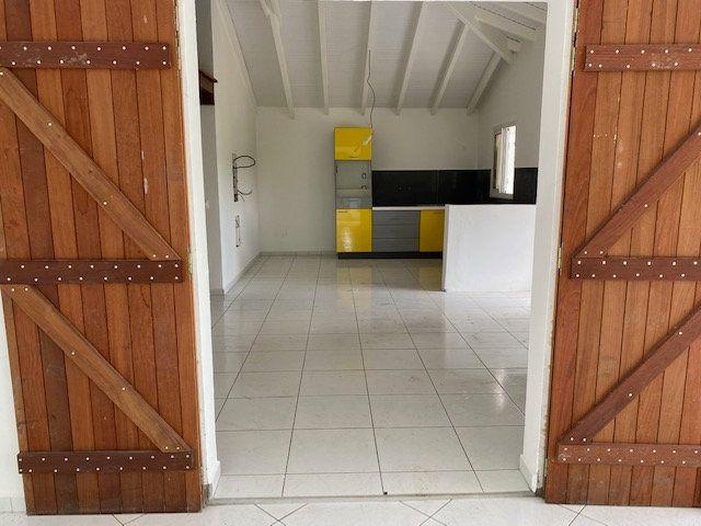 Appartement à louer 3 71.65m2 à Sainte-Anne vignette-2