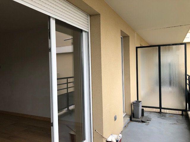 Appartement à vendre 3 64m2 à Combs-la-Ville vignette-2