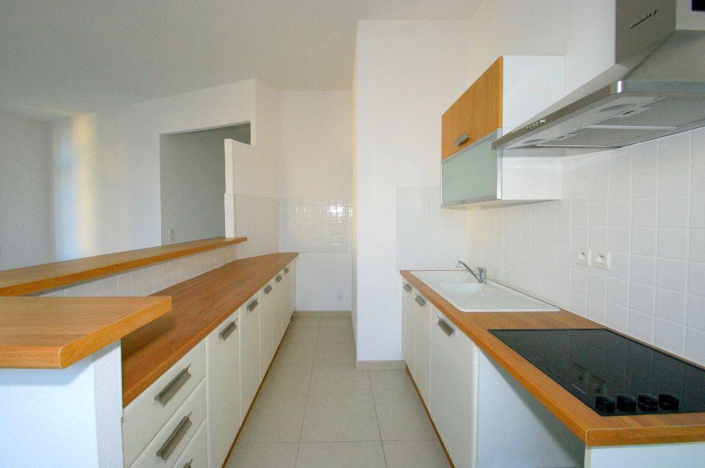 Appartement à louer 3 68.55m2 à Béziers vignette-2