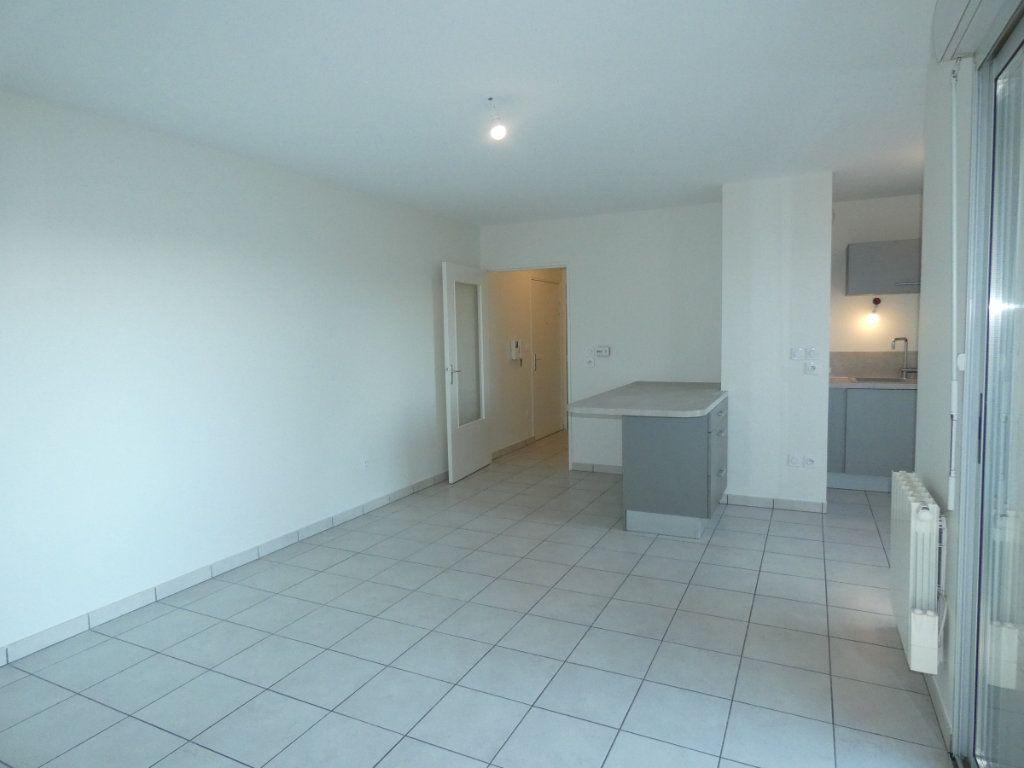 Appartement à louer 3 60.55m2 à Saint-Genis-Laval vignette-2