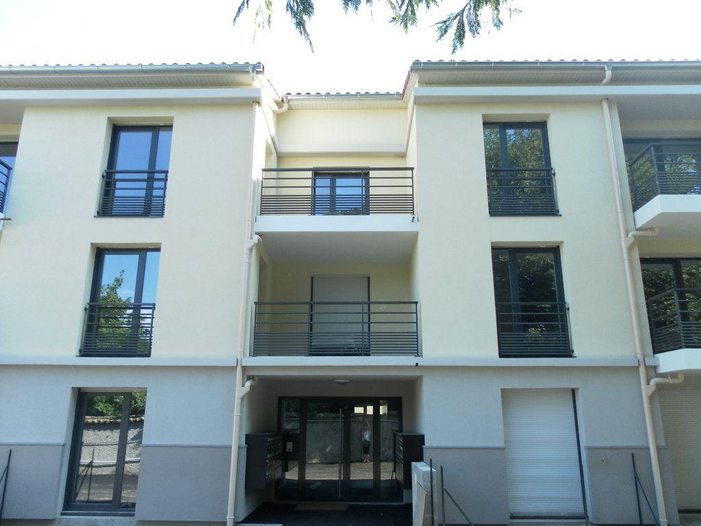 Appartement à louer 1 20m2 à Saint-Genis-Laval vignette-1