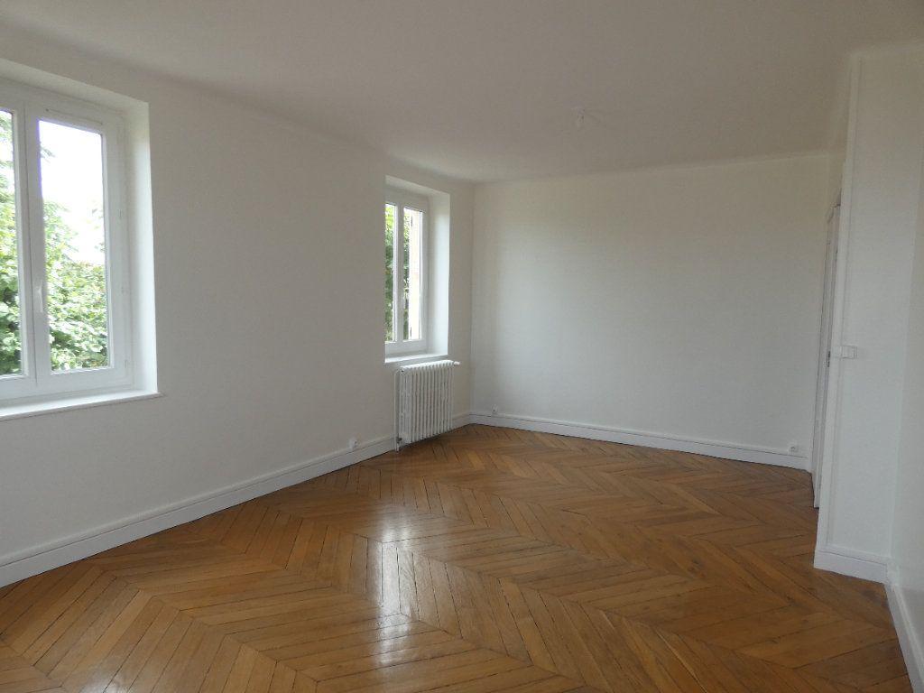 Maison à louer 6 148m2 à Saint-Genis-Laval vignette-1