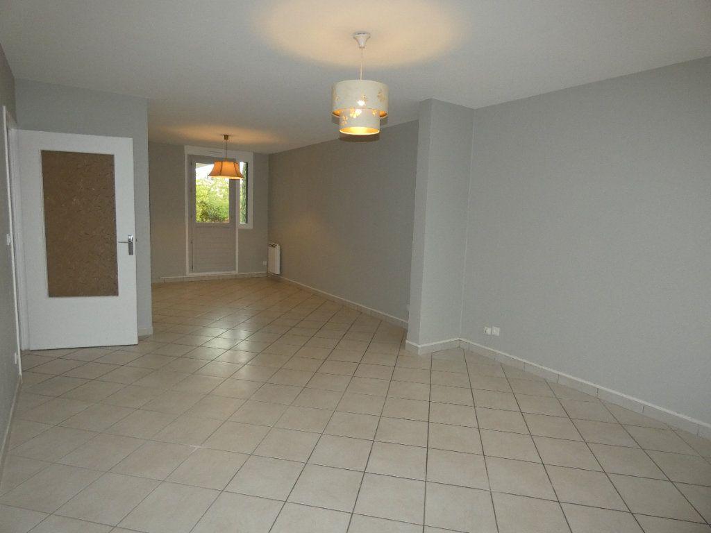 Appartement à louer 4 83.07m2 à Saint-Genis-Laval vignette-2
