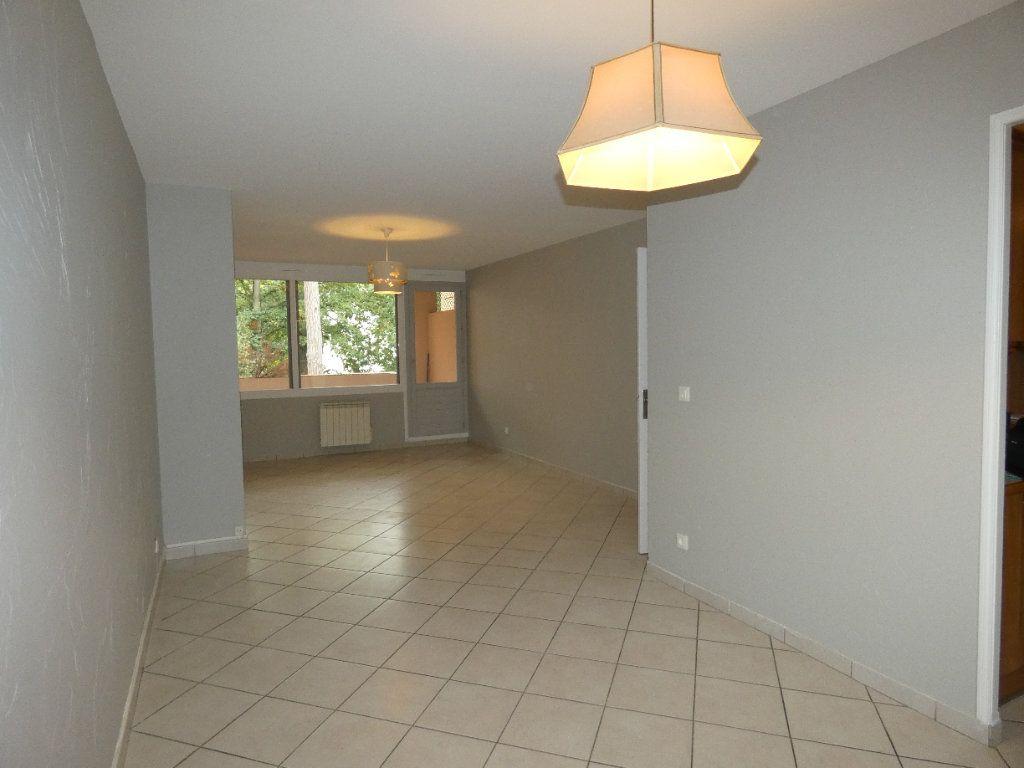 Appartement à louer 4 83.07m2 à Saint-Genis-Laval vignette-3