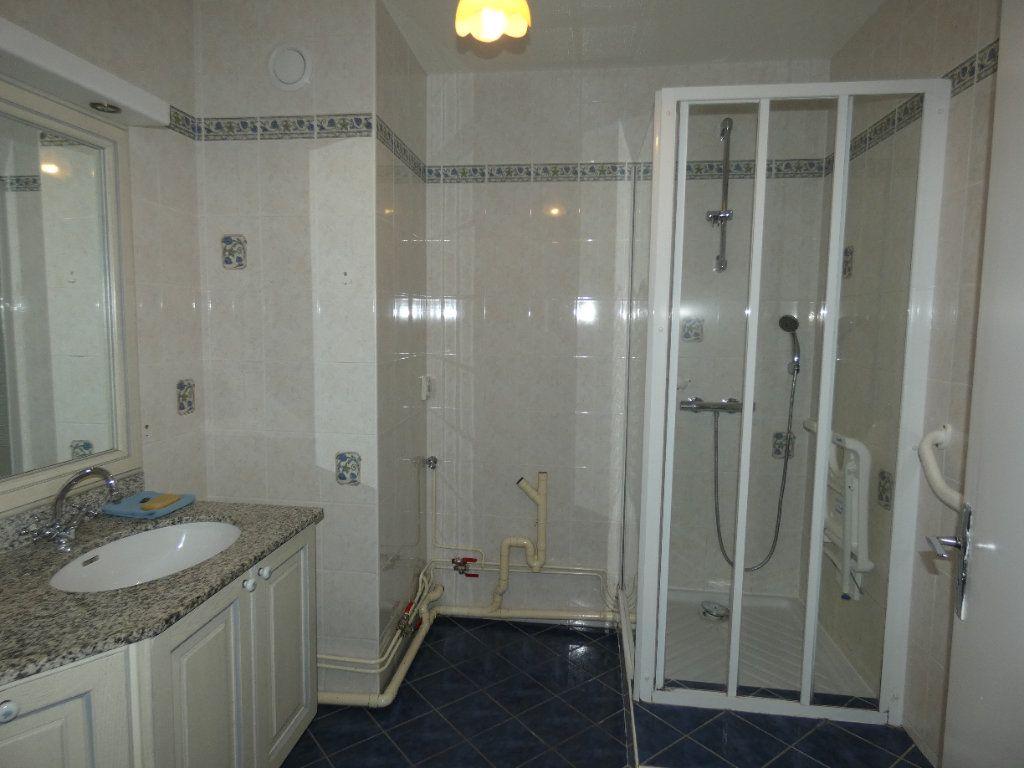 Appartement à louer 4 83.07m2 à Saint-Genis-Laval vignette-6