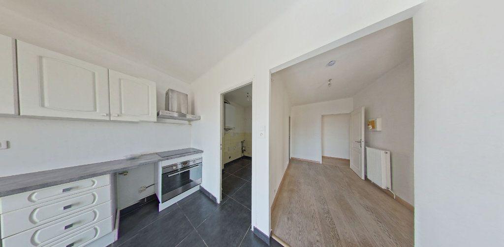 Appartement à louer 4 111.56m2 à Perpignan vignette-3