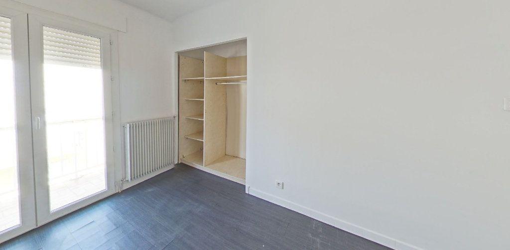 Appartement à louer 4 111.56m2 à Perpignan vignette-5