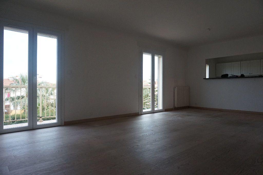 Appartement à louer 4 111.56m2 à Perpignan vignette-12