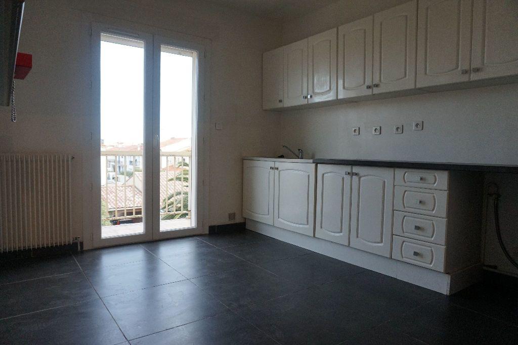 Appartement à louer 4 111.56m2 à Perpignan vignette-13