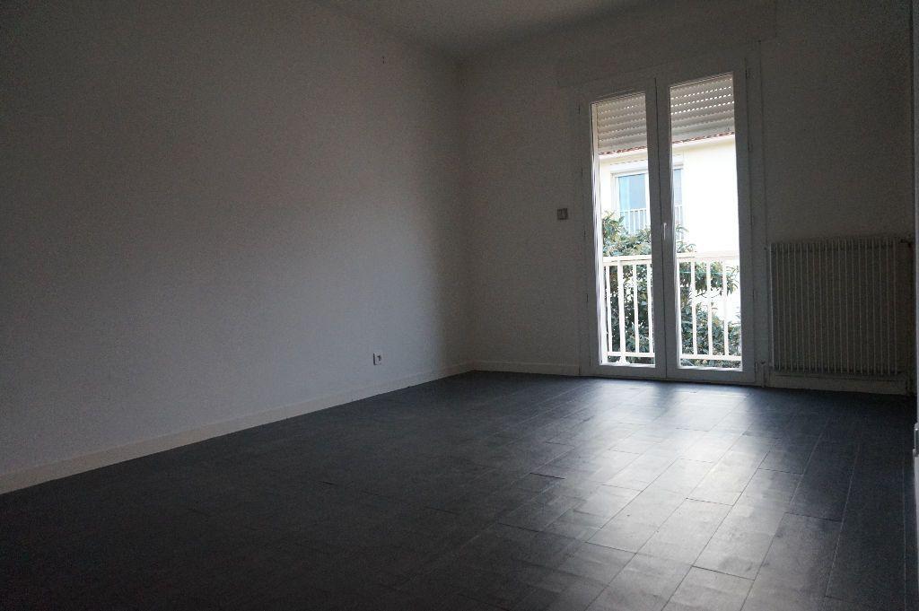 Appartement à louer 4 111.56m2 à Perpignan vignette-14