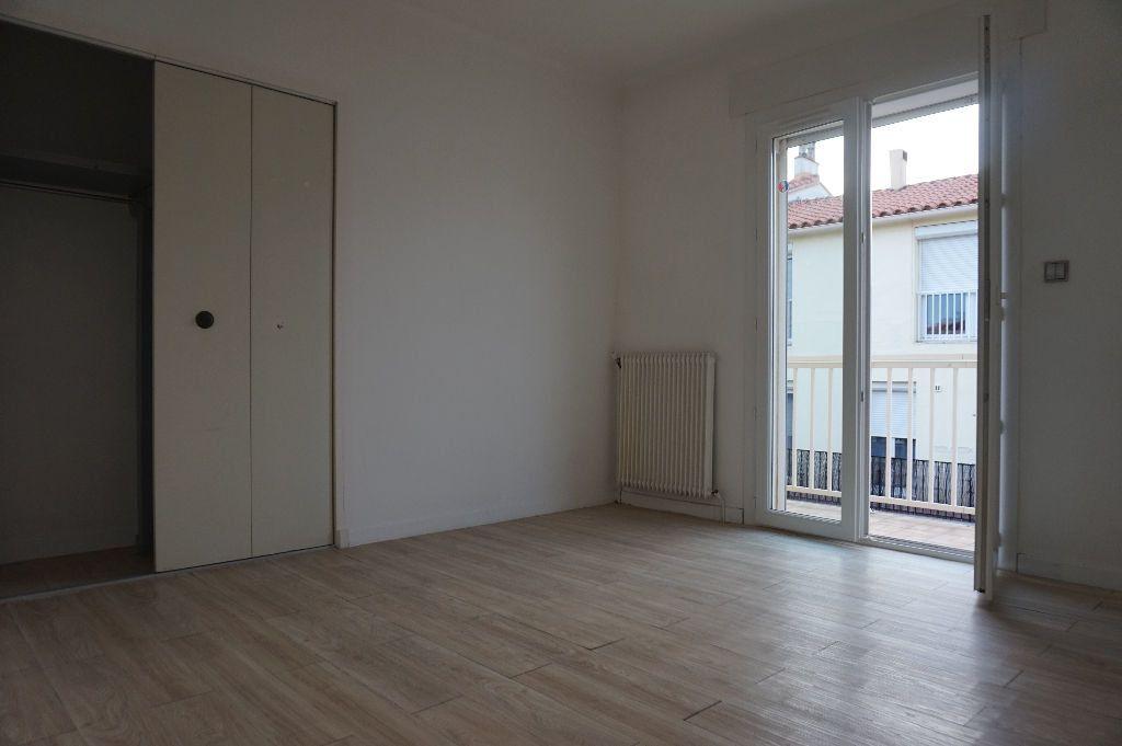 Appartement à louer 4 111.56m2 à Perpignan vignette-15