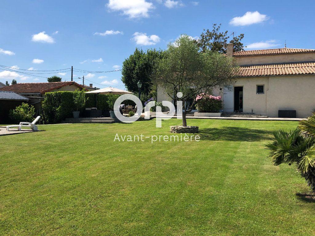 Maison à vendre 9 206.5m2 à Ambarès-et-Lagrave vignette-1