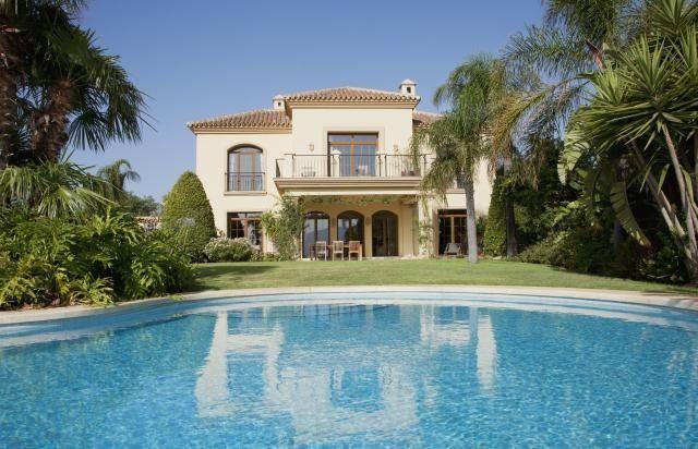 Découvrez Ci Dessous 8 Magnifiques Villas De Luxe Avec Piscine. Maison Très  Luxueuse Et Moderne ...
